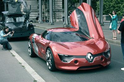 Прохожие были весьма удивлены столь необычным Renault DeZir
