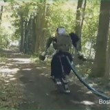 Робот-гуманоид гуляет по лесу (видео)