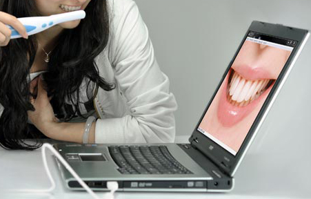 Внешне Dental camera напоминает зубную щетку