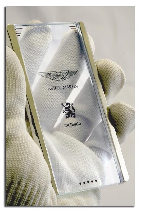 Мобильный телефон Mobiado CPT002 Aston состоит из сапфирового стекла и платины