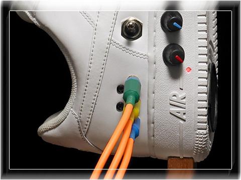 Регулятор громкости находится в правом кроссовке